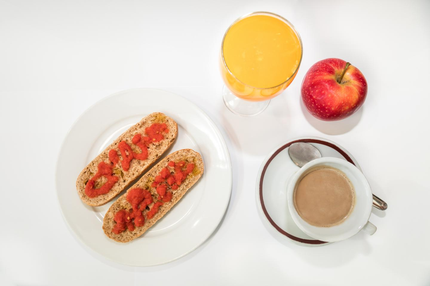 CNIC experts say the best way to start the day is a 'high-energy' breakfast, which could consist of a cup of coffee, milk or yogurt, fruit, and wholemeal bread with tomato and olive oil. Source: CNIC