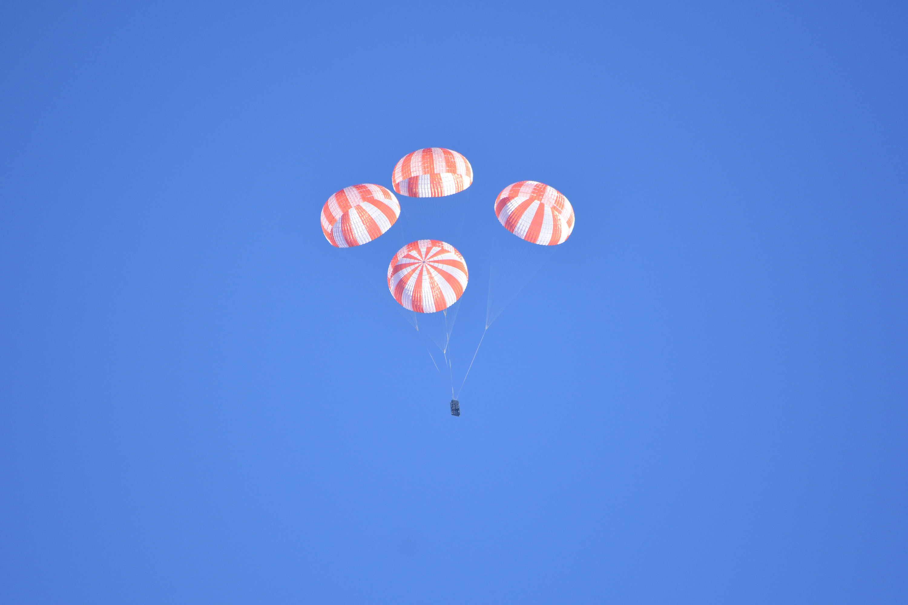 A simulation of SpaceX's parachute landing system for the CrewDragon spacecraft was a success.