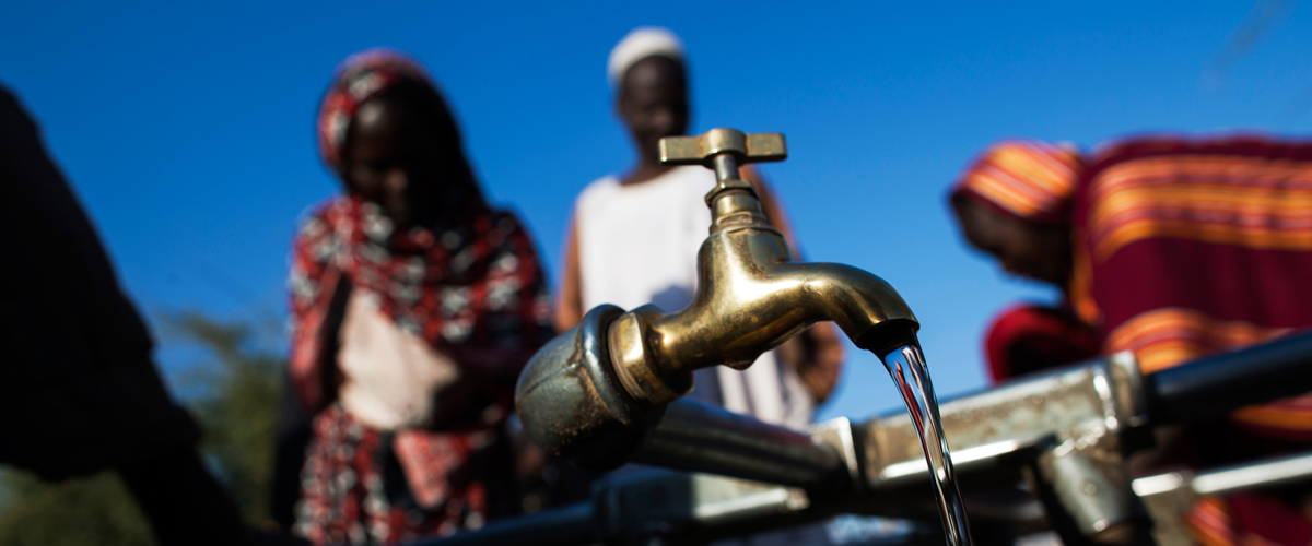 These people in Darfur, Sudan only have access to fresh water for 2 hours of the day. Photo: UN/Albert Gonzalez Farran