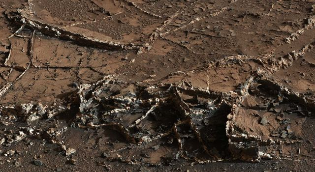 Mineral veins spotted by the Curiosity mast camera